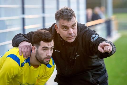 Trainer Heino Zegveld (r) tijdens de Betuwse derby SC Valburg - EMM Randwijk.