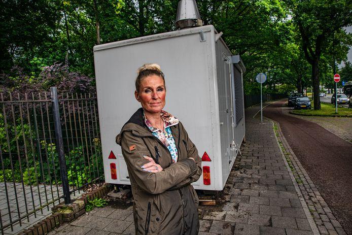 Het komt Marlous Olthoff niet aanwaaien als uitbater van de viskraam aan de Arnhemseweg. In elk geval voelt ze bij de nieuwe tegenslag waardering van haar vaste klanten.