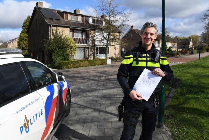 Wijkagent Pascal van Baaren met zijn brief.