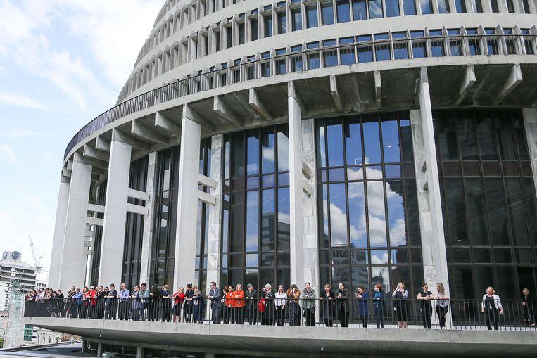 De Beehive, het parlementsgebouw van Nieuw-Zeeland. Het parlement dat in sessie was, werd geschorst toen de beving zo'n dertig seconden lang bleef aanhouden. Het gebouw wordt nu gecontroleerd op eventuele schade. Beeld Getty Images