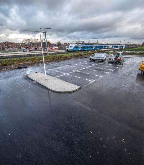 Een hoop parkeerruimte bij station Zwolle Stadshagen, wel even omlopen