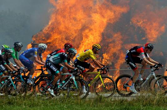 In brand gestoken hooibalen naast de route zorgden voor bijzondere plaatjes.