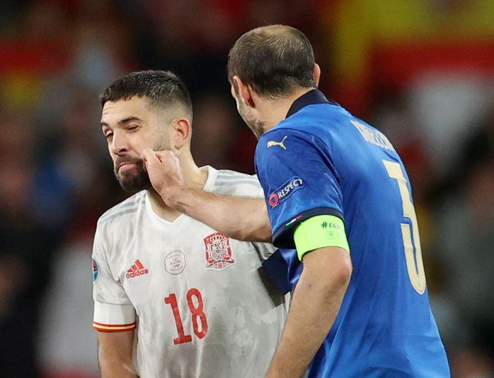 Chiellini knijpt Alba voor aanvang van de strafschoppenreeks in de kaak.