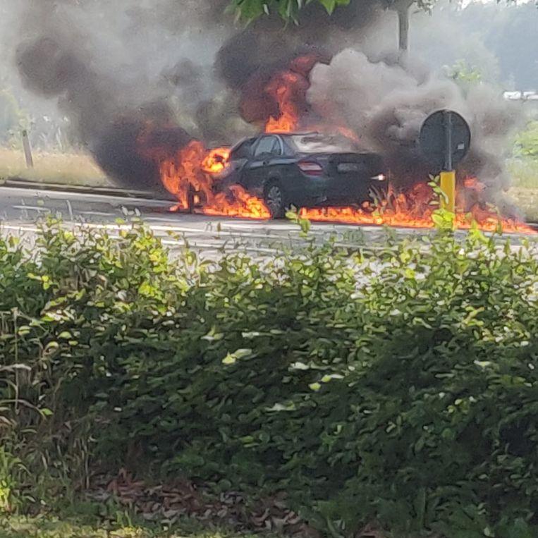 Op korte tijd hadden de vlammen zich volledig meester over de wagen gemaakt.