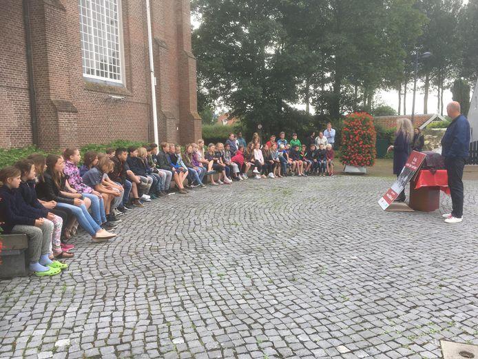 Leerlingen van basisschool De Zuidvliet werkten mee aan het fotoproject. Zij verzorgden vrijdagmiddag de opening.