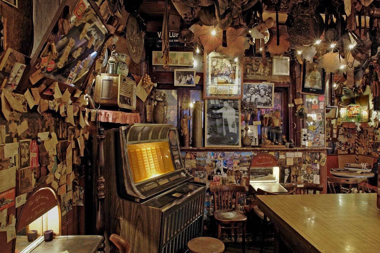 Interieur vol memorabilia. Bet van Beeren, de koningin van de Zeedijk, opende het café in 1927. Het café was sinds 1982 gesloten. Beeld Martin Alberts/Stadsarchief Amsterdam