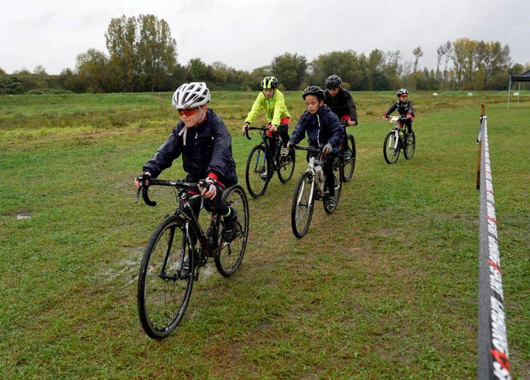 Enkele jonge mountainbikers proberen het parcours uit.
