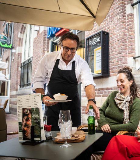 Biertje van Borsato valt goed in Arnhem, maar niet bij de boa's en agenten in Nijmegen: 'Glas is half leeg of half vol'