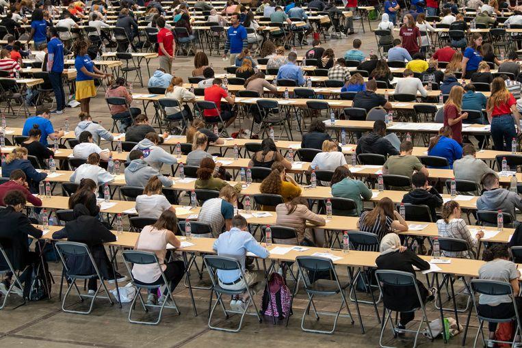 Studenten tijdens het toelatingsexamen in Brussels Expo. Beeld Photo News