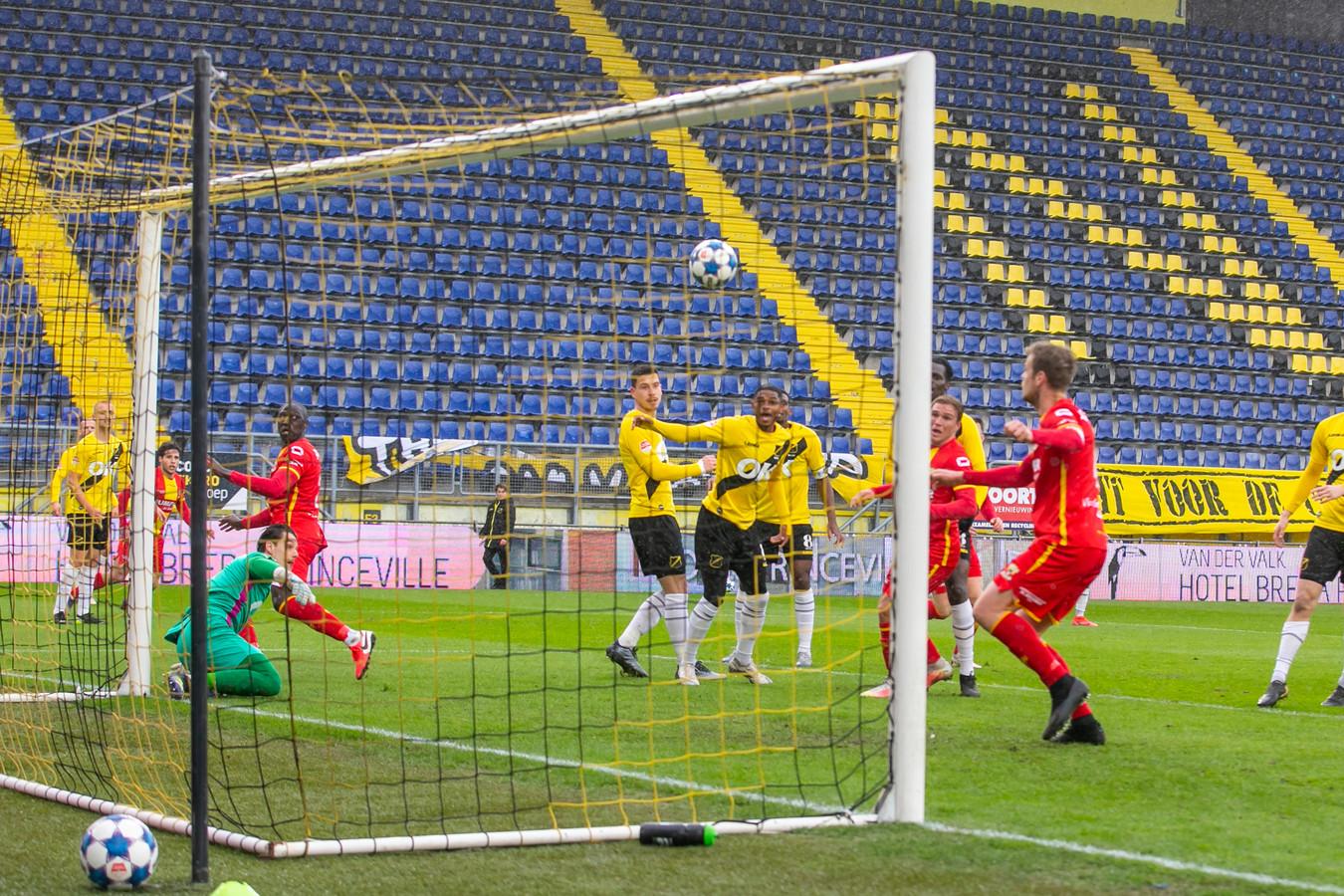 Jeroen Veldmate (r) zet Go Ahead op 0-1.