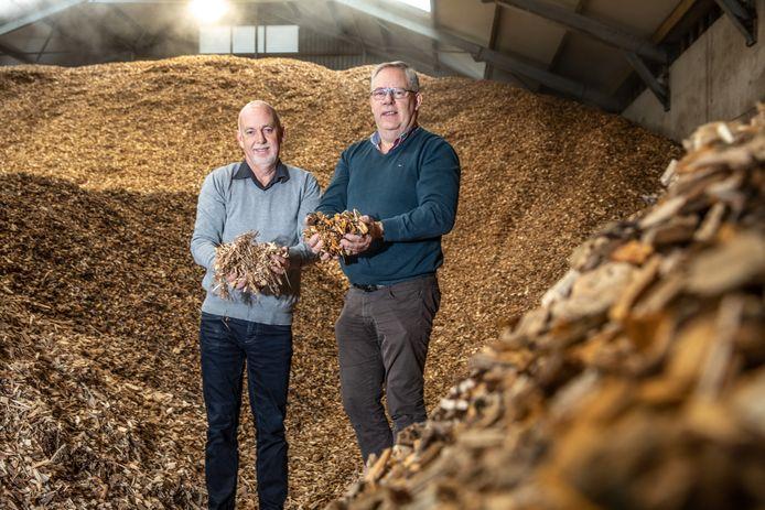 Gebroeders Paul (links) en Henk Brouwer in hun biomassacentrale in Balkbrug. De komst van een centrale is weer een stap dichterbij.