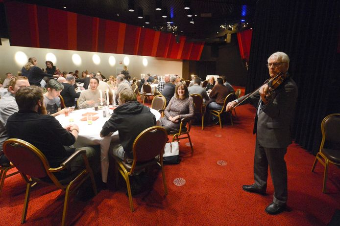 Muziek, een niet-alcoholisch drankje en op een ander tijdstip nog stamppot in Holland Casino. Foto: Annina Romita