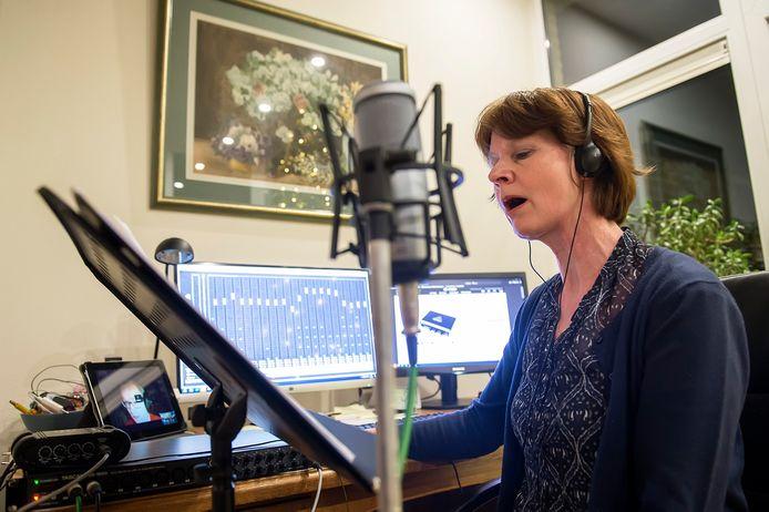 Sonja van den Dries neemt met hulp van speciale software deel aan een repetitie van het koor Ad Parnassum. Foto Pix4Profs/Ron Magielse