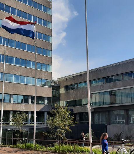 Gemeente Eindhoven hangt vlag pas om zes uur halfstok