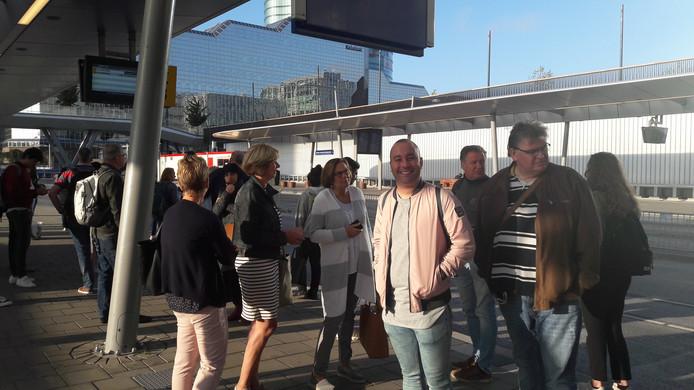 Deze reizigers wachten op een bus. Of die ook komt is nog maar de vraag.