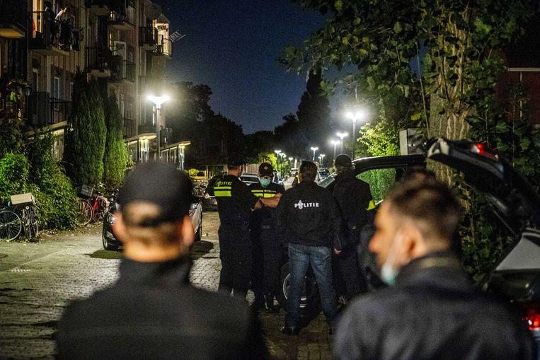 Agenten voor een woning in Vlaardingen in verband met een grote anti-terreuractie waarbij zeven mannen zijn aangehouden in Weert en Arnhem, een van deze mannen was Hardi N. Beeld ANP