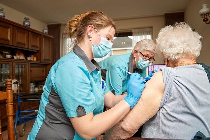 Meer dan 200 vaccins gaan naar medewerkers die nog niet zijn geprikt en naar bewoners met een lichtere vorm van zorg.
