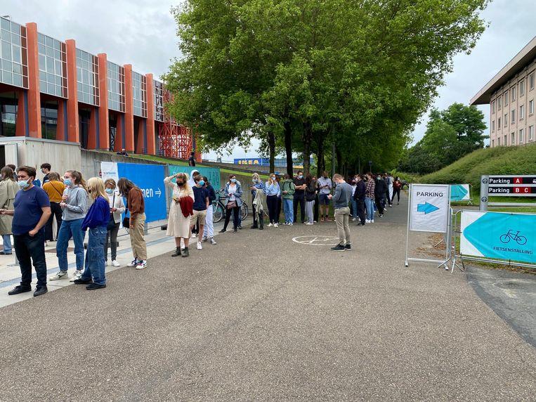 Lange rijen aan het vaccinatiecentrum in Flanders Expo na een oproep om overschotvaccins te komen oppikken. Beeld Sofie Van Waeyenberghe