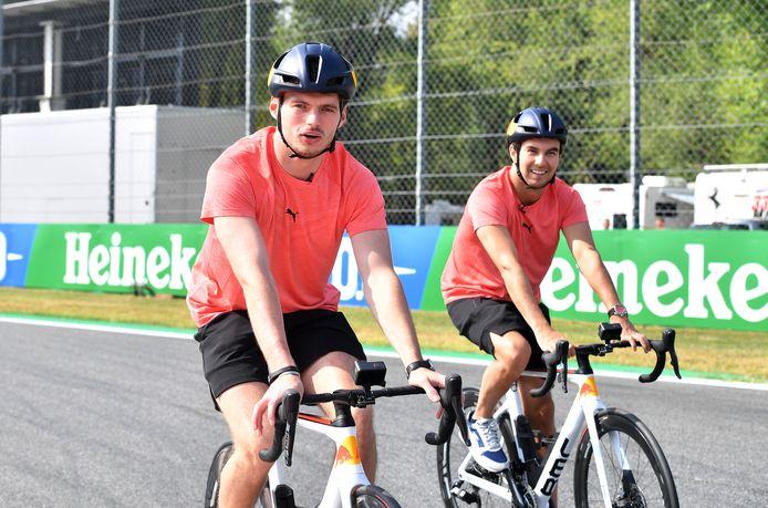 Max Verstappen en Sergio Perez op het circuit in Monza.
