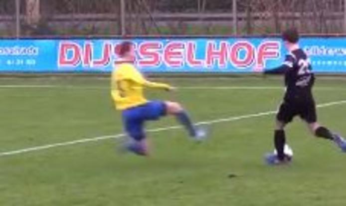 Ramon Hulleman zet zijn tackle in tegen Hoogeveen.