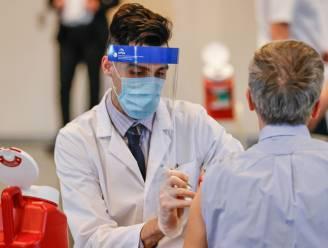 Helft volwassen Amerikanen heeft coronavaccin binnen, Biden en Obama roepen landgenoten op nog tandje bij te steken