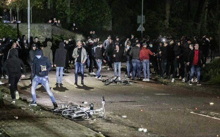 De ME grijpt in tijdens rellen na het mislopen van promotie door De Graafschap. Fans gooiden met zwaar knalvuurwerk en bleven na de wedstrijd tegen Helmond Sport hangen bij het stadion. Beeld ANP Roland Heitink