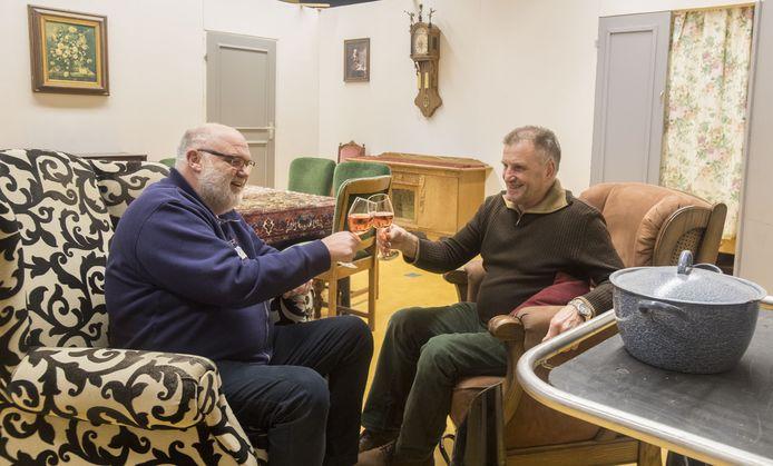 Jan Peters (rechts)  en Henk Filipsen willen het glas heffen op een nieuw dorpstheater, maar zover is het nog niet.