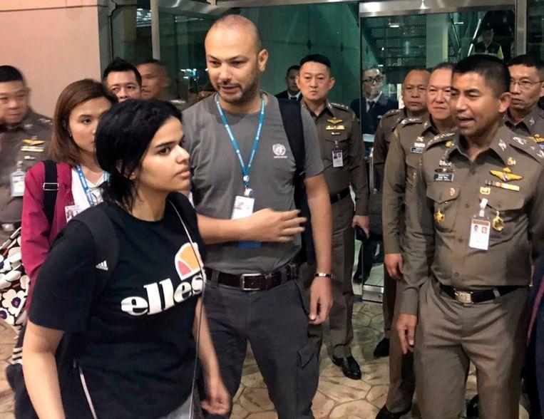De Saoedische vrouw Rahaf Mohammed al-Qunun maandag in Bangkok. Beeld AP