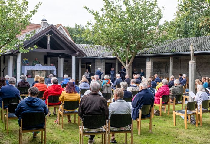 Een kleine negentig gelovigen namen zondag deel aan de laatste viering in de toeristenkerk van Zoutelande.