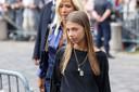 Stella Belmondo arrive aux funérailles de son père.