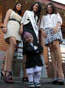 Khagendra Thapa Magar poseert in 2010 voor een foto met Miss Nepal (midden).