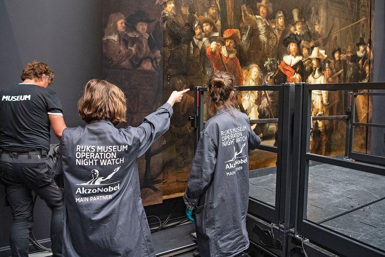 Een extra deel wordt toegevoegd aan 'De nachtwacht' van Rembrandt in het Rijksmuseum in Amsterdam. Beeld Guus Dubbelman / de Volkskrant