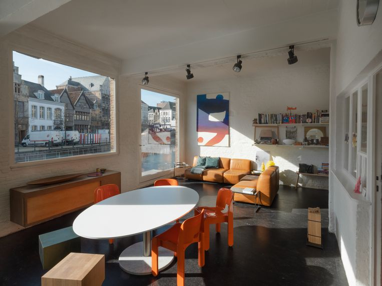 Annick en Nico zijn seventiesfans. Rond de tafel staan oranje vintage stoelen en krukjes van Sam Goyvaerts voor Barh.  Beeld Bart Kiggen
