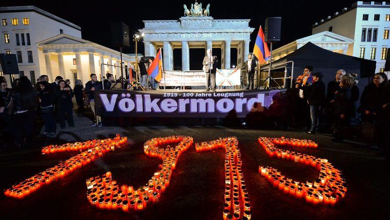 Bij de Brandenburger Tor in Berlijn wordt de Armeense genocide herdacht Beeld epa