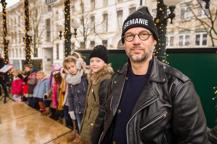 Wim Claeys zingt kinderliederen in het Gents met de groep Stemband.