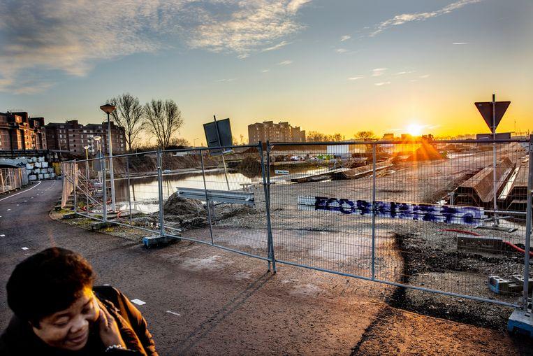 Waar de grote plassen liggen komt straks het grootste 'dakterras' van Nederland. De foto is genomen vanaf de voet- en fietsbrug die Nellestein met de K-buurt verbindt.  Beeld Jean-Pierre Jans