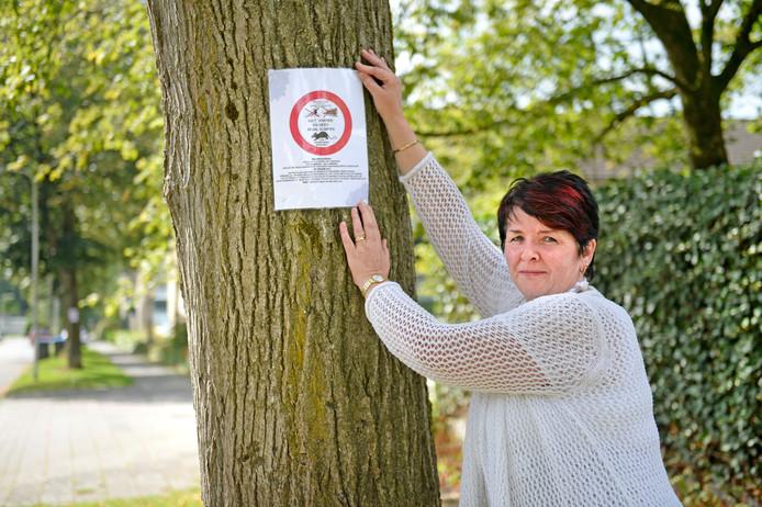 Mariette Limburg bij een van haar pamfletten