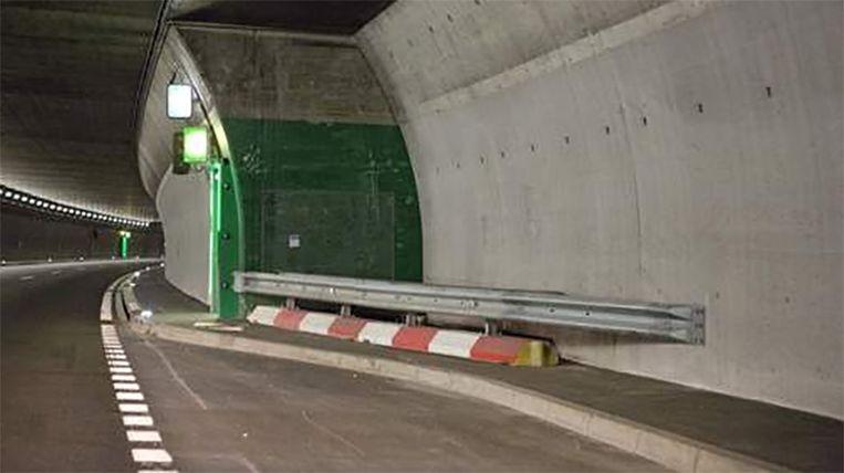 De bus reed met hoge snelheid tegen deze tunnelwand. Beeld belga