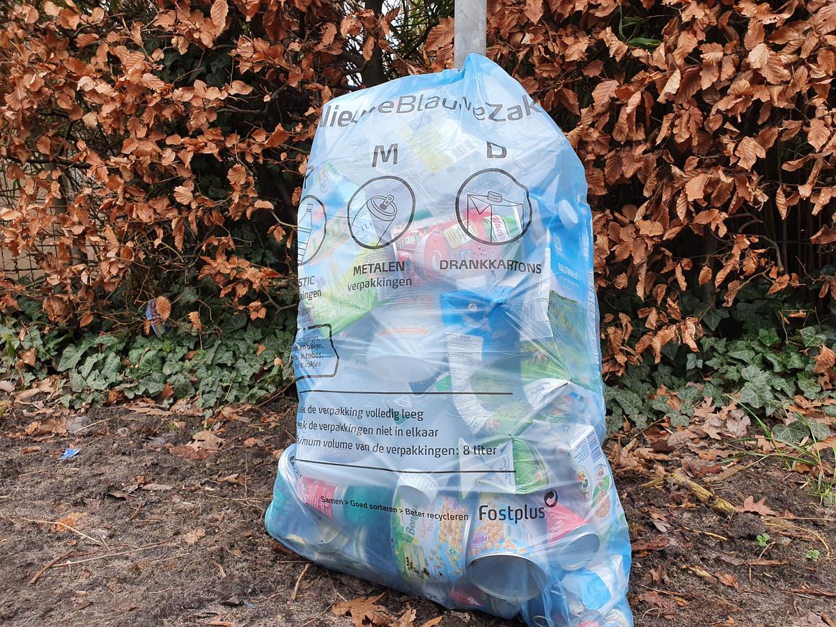 In de nieuwe blauwe zak mag alles van plastic gestoken worden behalve dan harde plastic zoals bijvoorbeeld kapotte emmers en speelgoed.