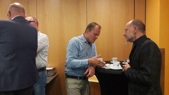 Projectleider Patrick Ypelaar van de gemeente Kerkrade in gesprek met bibliotheek-directeur Luc Pruyn (rechts)