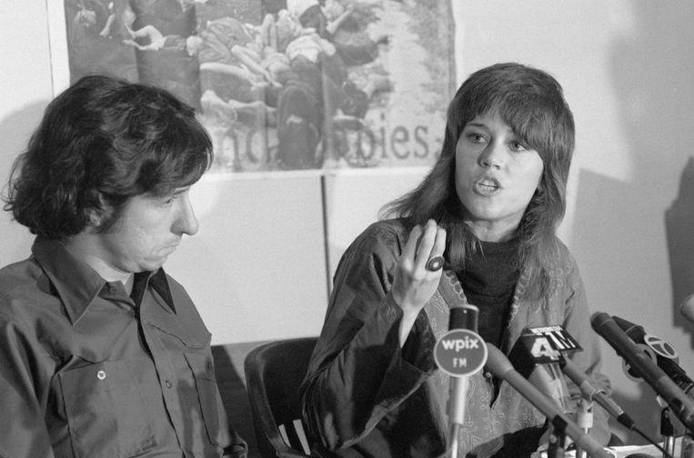 Met man nummer 2, Tom Hayden, 1973, op een persconferentie over de Vietnam-oorlog. Beeld Bettmann Archive