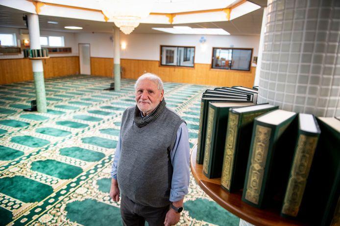 Mustafa Bouhekan in een lege Masjid moskee. De moskee blijft tijdens de Ramadan ook grotendeels dicht.