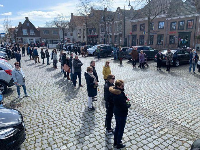 Drukte op de Markt in IJzendijke bij het afscheid van Ichelle.