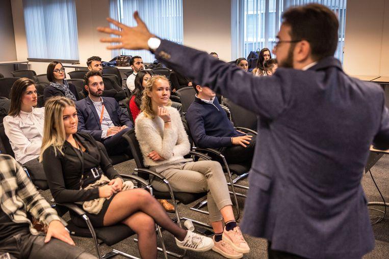 Personeel van PwC, een internationaal accountants- en belastingadviseurbedrijf, krijgt een training over hoe om te gaan met andere culturen.  Beeld Arie Kievit