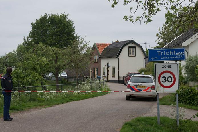 De politie doet onderzoek bij de woning van de dode vrouw in Tricht.