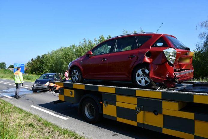 De twee auto's kwamen dusdanig hard met elkaar in botsing dat ze niet verder konden rijden.