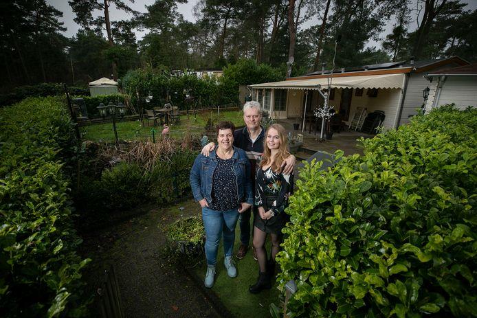 Herman en Patty Velthuys, met dochter Carline, bij hun chalet op camping De Zwarte Bergen in Luyksgestel