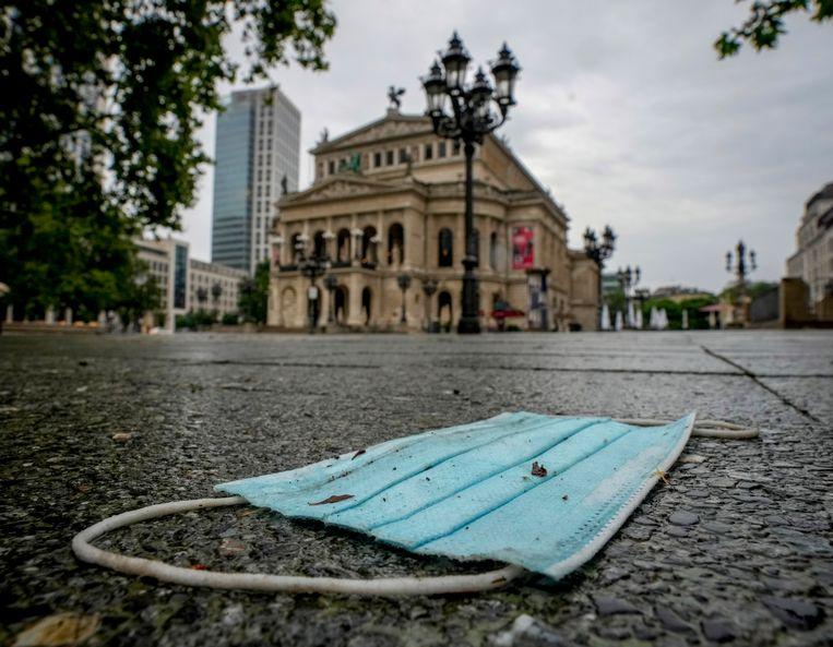 Een mondkapje in Frankfurt, Duitsland. Beeld AP