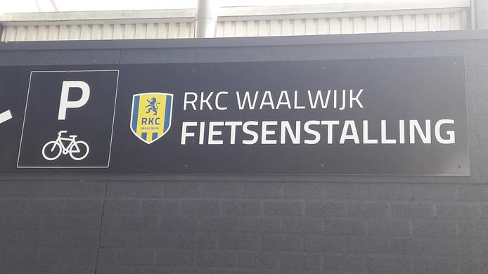 Het bordje aan de gevel van net stadion van RKC Waalwijk.