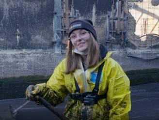 """Jana uit 'De Vuilste Jobs Van Vlaanderen' ruimt mestputten: """"Er zijn niet veel vrouwen die met hun handen in de stront willen zitten"""""""